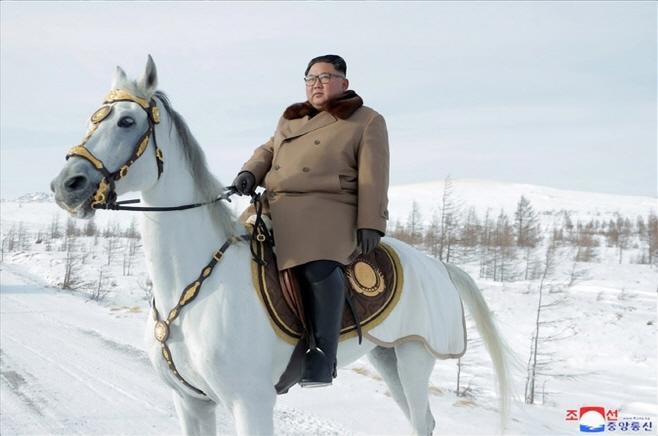 김정은, 군 간부들과 함께 백두산 등정