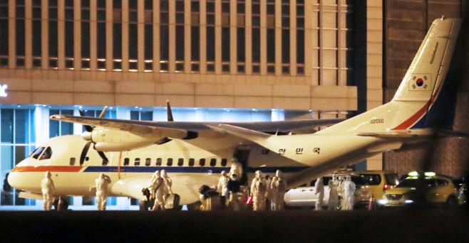 김포공항 도착한 일본 크루즈선 탑승 교민