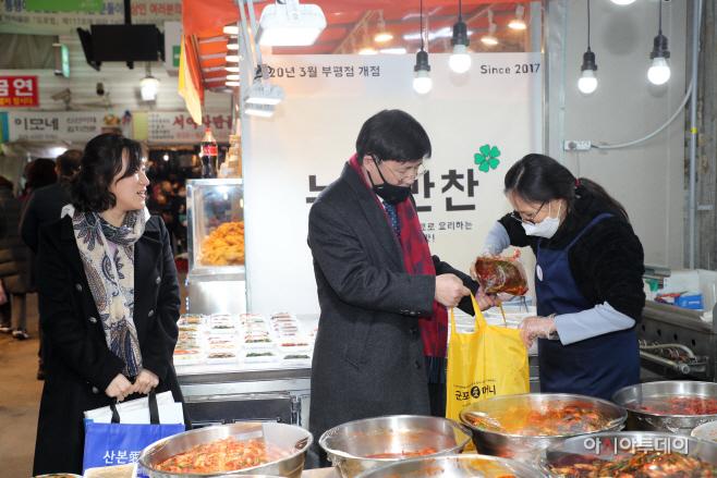 산본시장에서 장보기를 하고 있는 한대희시장(사진 중앙)