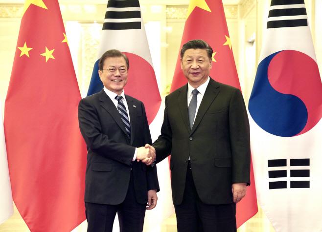 베이징에서 만난 문 대통령과 시진핑 국가주석<YONHAP NO-2120>