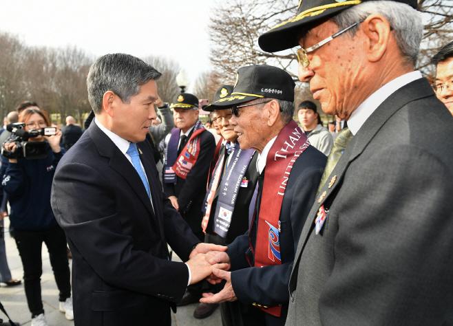 한국군 참전용사와 인사하는 정경두 장관