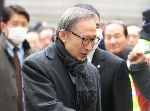 다시 구속수감된 이명박, 2심서 징역 17년<YONHAP NO-3283>