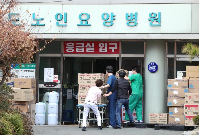 의료 물품 옮기는 청도대남병원 의료진