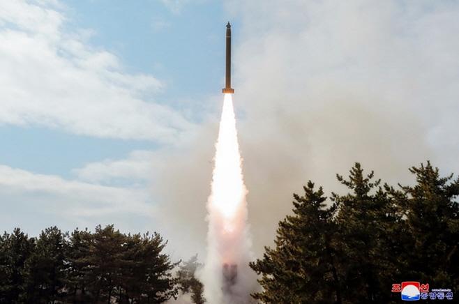 북한 김정은, 어제 단거리 발사체 발사 참관