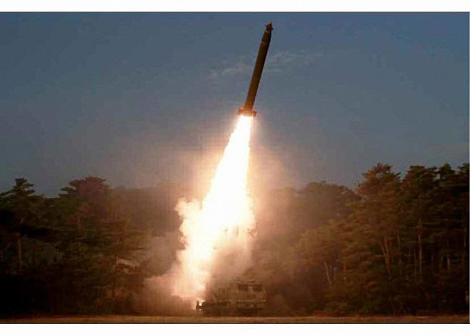 북한이 공개한 '초대형 방사포' 추정 무기