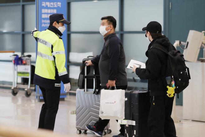 전용 공항버스 관련 안내받는 해외입국자