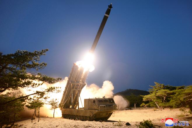 북한, 어제 '초대형 방사포' 시험사격