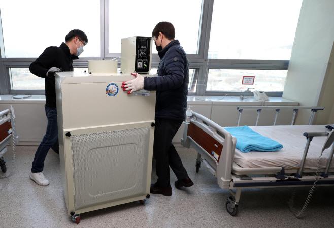 서울의료원 병실에 설치되는 이동형 음압기<YONHAP NO-1477>