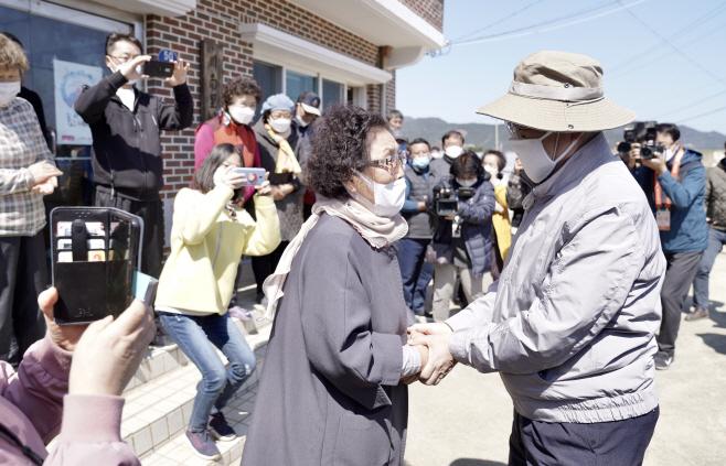 강릉 산불 피해주민 위로하는 문 대통령