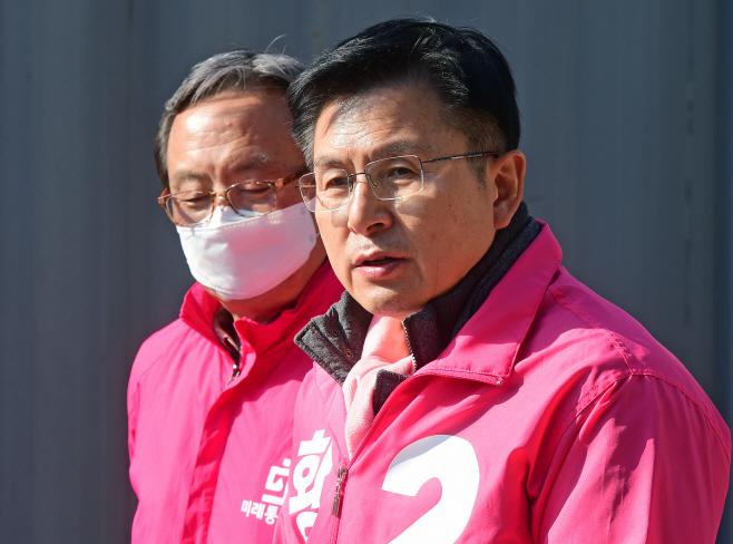 [포토] 긴급재난지원금 관련 대국민브리핑하는 황교안