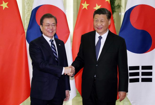 밝은 표정의 문 대통령과 시진핑 국가주석