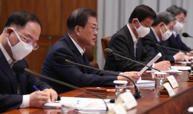 비상경제회의 발언하는 문재인 대통령<YONHAP NO-2276>