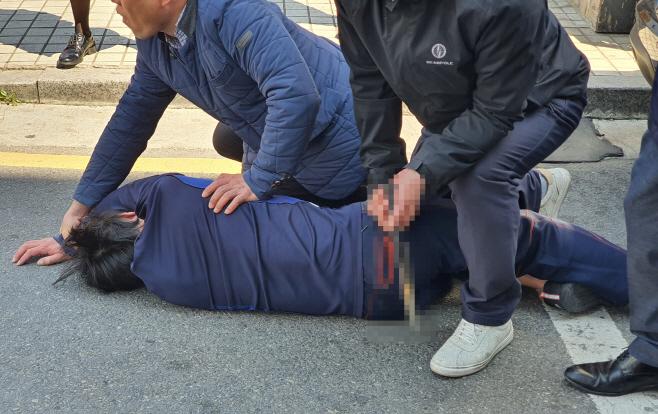 오세훈 후보 유세 차량에 흉기 든 남성 위협, 경찰 제압
