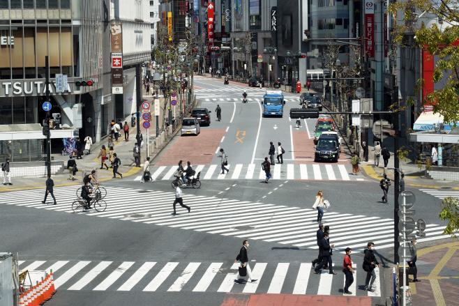 코로나19 긴급사태 선언된 도쿄 한산한 번화가