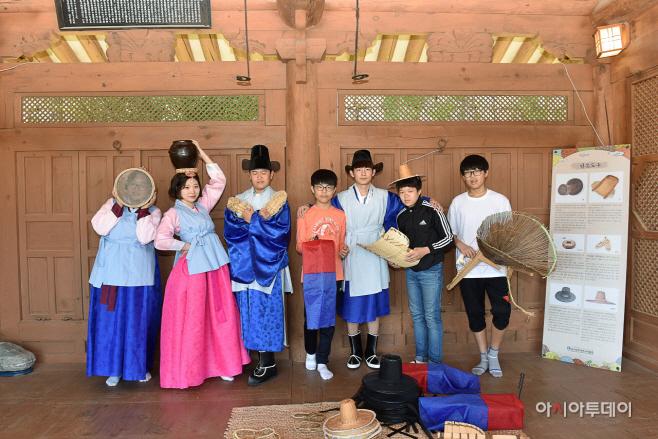 1. 의관복 및 전통문화체험하고 있는 학생들