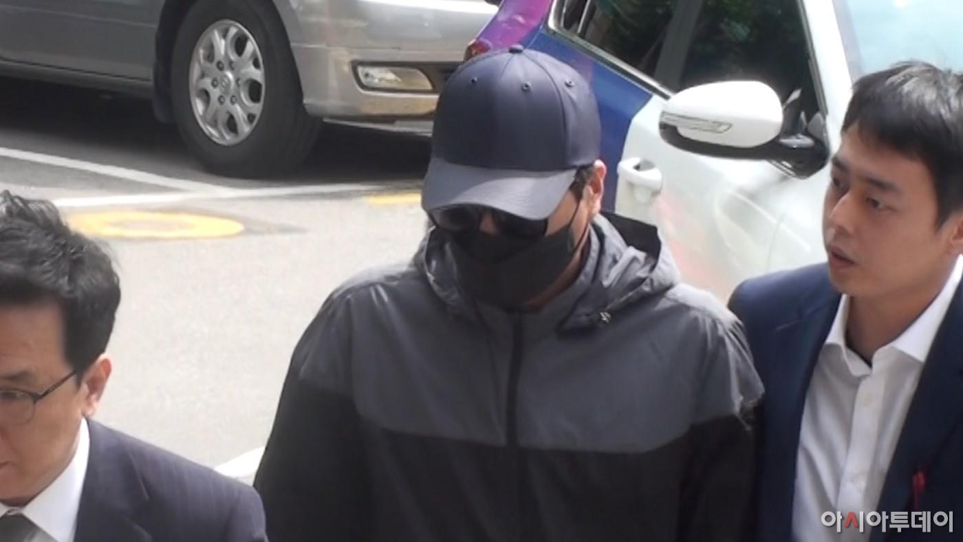 '양예원 사건' 스튜디오 실장, 검은 선글라스와 마스크 속 '묵묵부답' 경찰 출석
