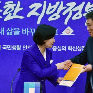[포토] 정책 제안서 전달하는 최승재 소상공인연합회장