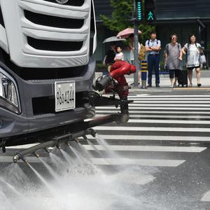 [포토]무더위 날리는 도로 물청소