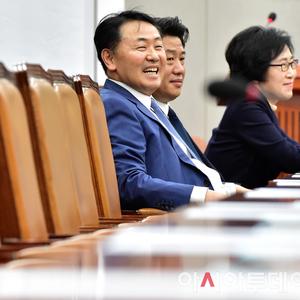 [포토] 김관영 원내대표 '웃고는 있지만...'
