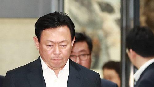 """검찰 """"신동빈 변명만 듣고 영장기각…재청구 검토"""""""