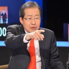 토론 준비하는 홍준표 경남지사