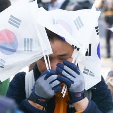 얼굴 감싼 박근혜 전 대통령 지지자