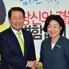 악수 나누는 심상정 대표와 박주선 신임 비대위원장