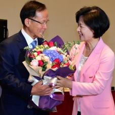 추미애 대표에게 꽃다발 받는 이수혁 의원