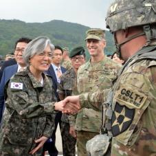 미군 병사와 인사 나누는 강경화 장관