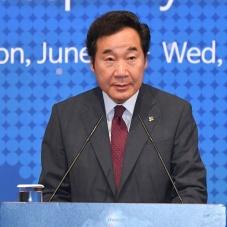 대통령 축사 대독하는 이낙연 총리