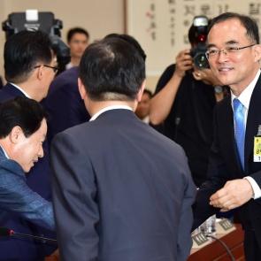 야당 의원석 찾은 문무일 검찰총장 후보자