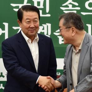 인사 나누는 박주선과 김태일