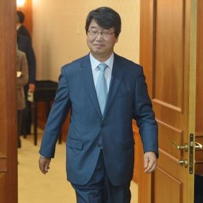 첫 회의 참석한 김지형 위원장