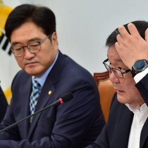 머리 긁적이는 김태년 정책위의장