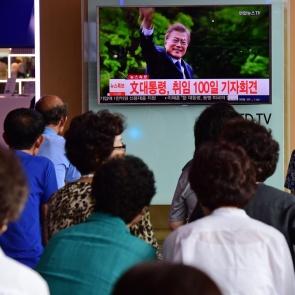 문재인 대통령 취임 100일 기자회견 지켜보는 시민들
