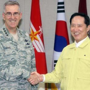 악수하는 송영무 국방장관-존 하이텐 美 전략사령관