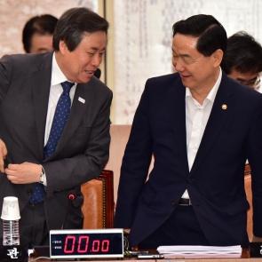 밝은 표정 김상곤-도종환 장관