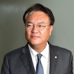 막말 파문 정진석, 국회 정보위 참석