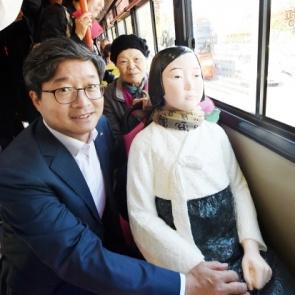 염태영 수원시장, '평화의 소녀상'과 버스 나들이