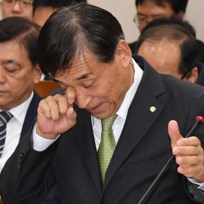 이주열 한은 총재 '피곤한 국감'