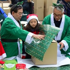 크리스마스 선물 포장하는 박원순 시장