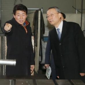 금형 뿌리기업 방문한 백운규 산업부 장관