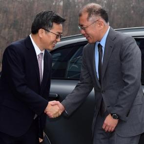현대차 방문한 김동연 부총리, 정의선 부회장과 악수