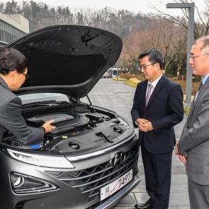 수소차 '넥쏘' 엔진 살펴보는 김동연-정의선