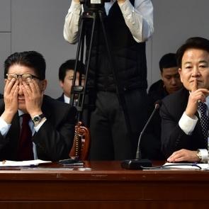 얼굴 감싼 박지원-생각에 잠긴 정동영