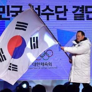 태극기 흔드는 김지용 평창동계올림픽 선수단장