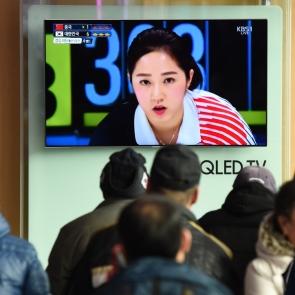 여자 컬링 중계방송 보는 귀경객들