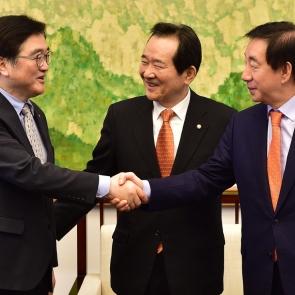 우원식-김성태 '2월 국회 정상화 합의 악수'