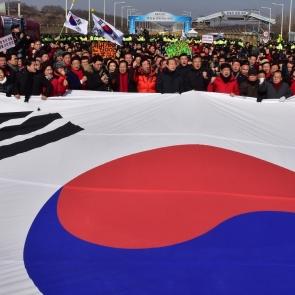 '김영철 방남 철회' 태극기 펼쳐 든 한국당