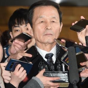 취재진 질문 받는 김장수